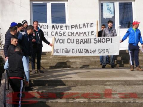 protest- drum- judetean-gropi-nicseni-roma-casa-fisuri-tinaj-rural-sate-drumuri-masini (70)