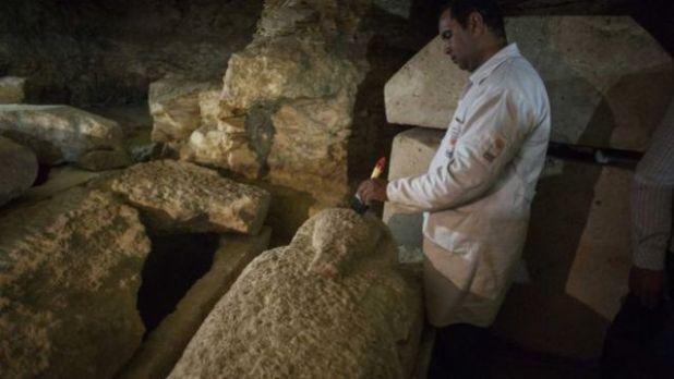 Arqueólogo egípcio trabalha em sarcófago