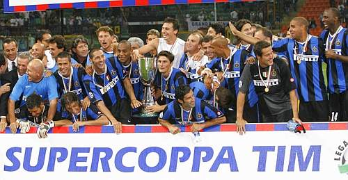 A fine serata, foto di gruppo con trofeo. Inside