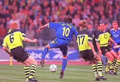 28/5/1997: la finale di Champions è stregata per i bianconeri. Due pali, due rigori negati, un gol annullato, finisce 3-1 per il Borussia. E l'unico gol della Juve  porta la firma (di tacco) di Del Piero. E' il gol n° 43