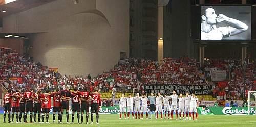 Il minuto di silenzio con i giocatori a centrocampo e l'immagine di Puerta sul maxischermo. Ap