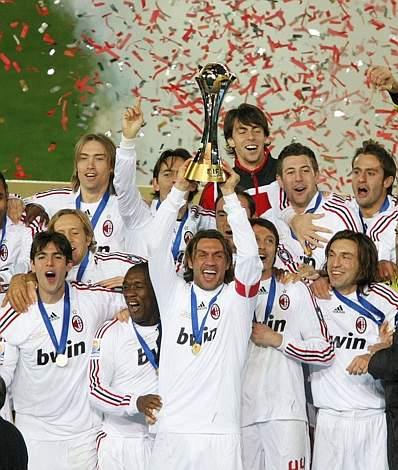 Capitan Maldini alza la Coppa. Reuters