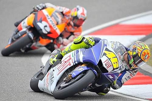 Al quarto giro lo spagnolo della Honda va largo in fondo al rettilineo e Vale ne approfitta. Afp