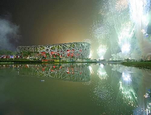 Giochi di luce fuori dallo stadio. Reuters