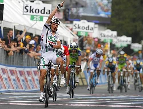 Danilo Di Luca vince la prima tappa di montagna: dietro di lui Garzelli e Pellizotti. (GazSport)