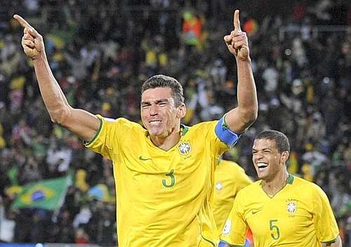 L'esultanza di Lucio, suo il gol del sorpasso brasiliano. (GazSport)