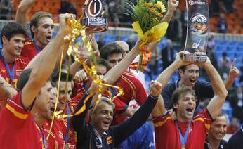 Gli spagnoli esultano dopo la vittoria all'Europeo, al centro Andrea Anastasi. Reuters