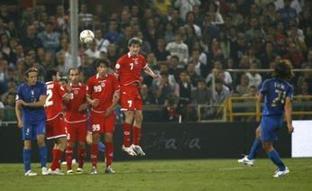 La punizione dell'1-0 calciata da Pirlo. Ansa