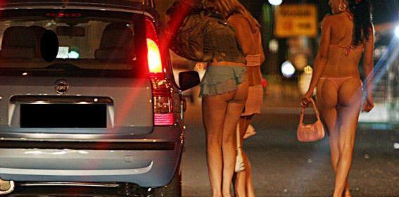 Firenze, scopre che la prostituta è una trans: chiama il 113 per riavere i soldi