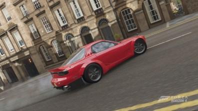 Sempre la Mazda RX7 in azione in citta