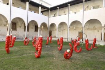 55_ I peperoncini di Giuseppe Carta nel Chiostro di Sant'Agostino