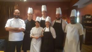 Lo chef Luigi Buonadonna con la brigata di cucina