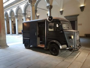 Il furgone Citroën nel cortile di Palazzo Strozzi