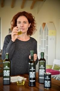 Barbara Chelini degusta l'olio novo
