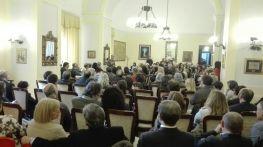 La sala gremita di spettatori
