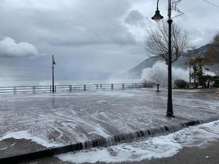 mareggiata-in-costiera-amalfitana-le-onde-invadon-214991