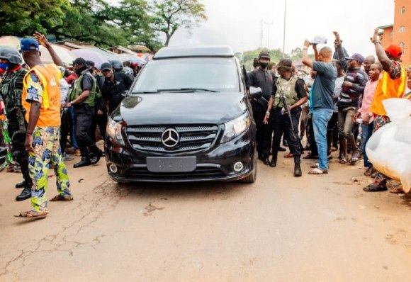 ONDO 2020: PDP THUGS ALLEGEDLY ATTACK AKEREDOLU CONVOY