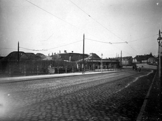 Olivaer Tor Brama Oliwska, 1919 r. - prawdopodobnie początek prac rozbiórkowych. Widok z Błędnika w kierunku północnym, tj. Wielkiej Alei (zasłoniętej w tym momencie przez samą Bramę Oliwską). Zbiory BG PAN.