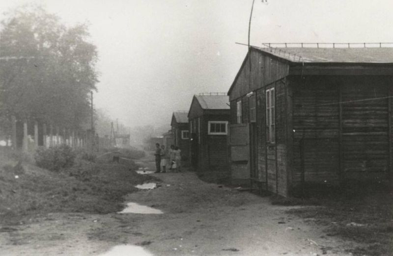 Zdjęcie nieistniejących już baraków poobozowych przy dzisiejszej ul. Bolesława Chrobrego (fot. Piotr Waluszko)