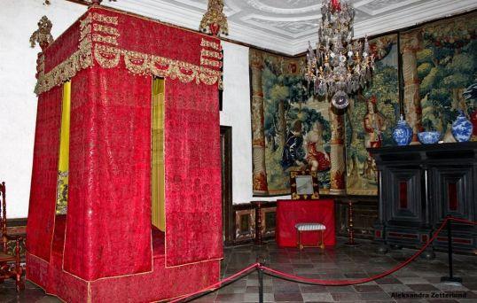 Skokloster, sypialnia paradna pana zamku, przyjmował w niej interesantów, ale spał w komorze obok - łóżko było tylko na pokaz, do spania się nie nadawało. Baldachim zdobi ponad milion cekinów.
