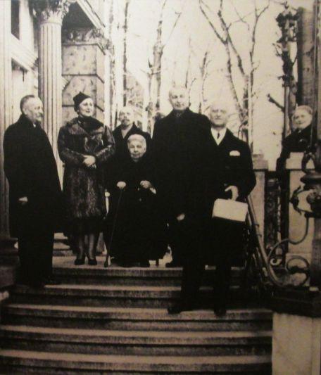 Matylda Herbst - lata 30, zdjęcie z opisu przed budynkiem