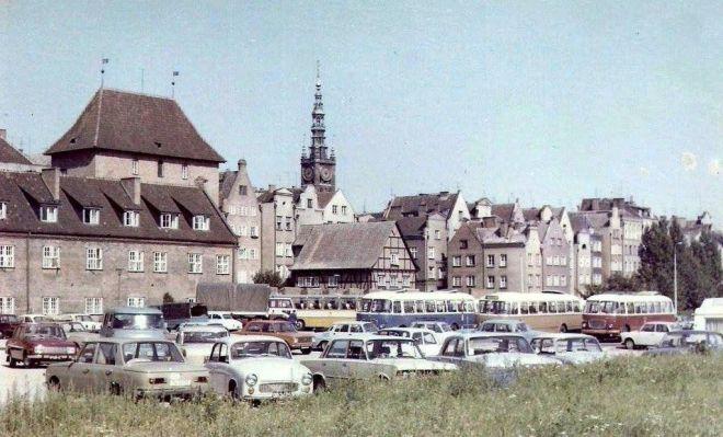 Syrena na placu przed Dworem Miejskim rok 1976.