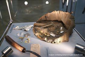 Złoty i srebrny surowiec oraz półwytwory do produkcji ozdób wraz z nożykiem do nacinania drutu (rekonstrukcja)