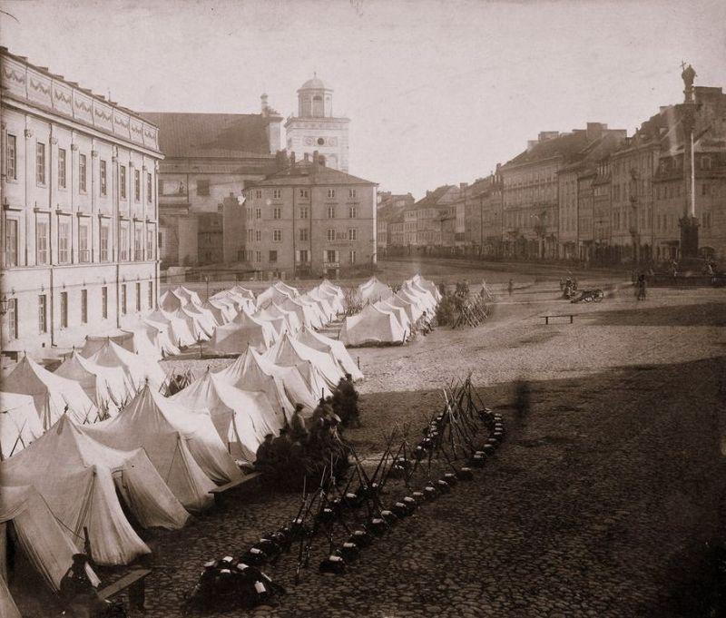 Biwak armii rosyjskiej na Placu Zamkowym w Warszawie po wprowadzeniu stanu wojennego w Królestwie Polskim w 1861 roku, źródło Wikipedia
