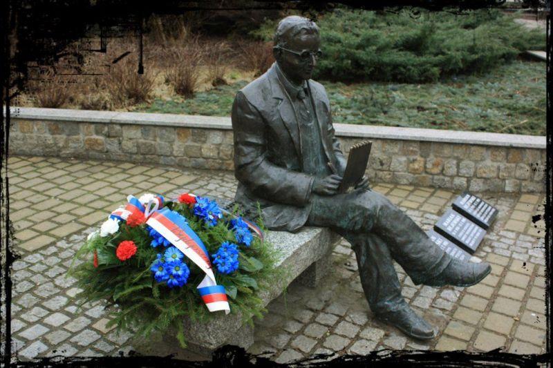 Pomnik na skwerze im. Mariana Rejewskiego