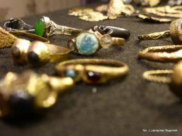 Pierścionki z wykopalisk na Targu Siennym