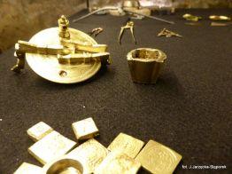 Przybory kupieckie z wykopalisk na Targu Siennym