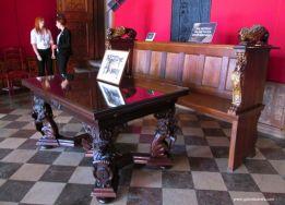 stół i ława burmistrza oraz sejf
