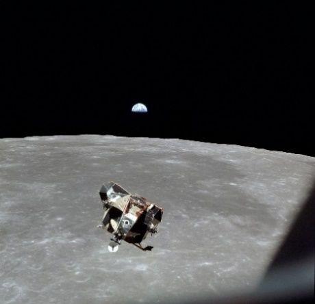 Lądownik Eagle zbliża się do modułu CSM, w dole Księżyc, ponad horyzontem Ziemia