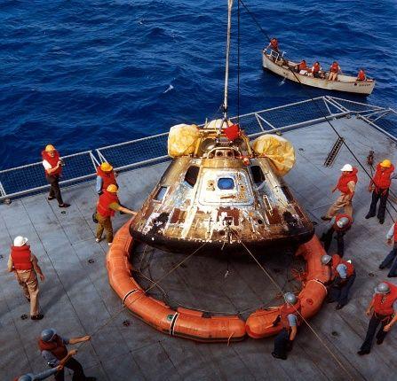 Moduł dowodzenia misji Apollo 11 po wyjęciu go z Oceanu Spokojnego