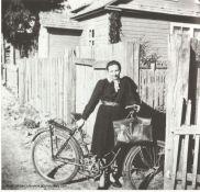 Inka z rowerem 1945