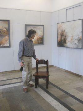 Mistrz Sołecki na tle swoich obrazów, z archiwum autorki