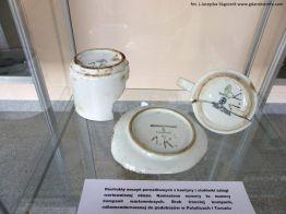 Wystawa w Muzeum Stutthof - naczynia personelu obozowego