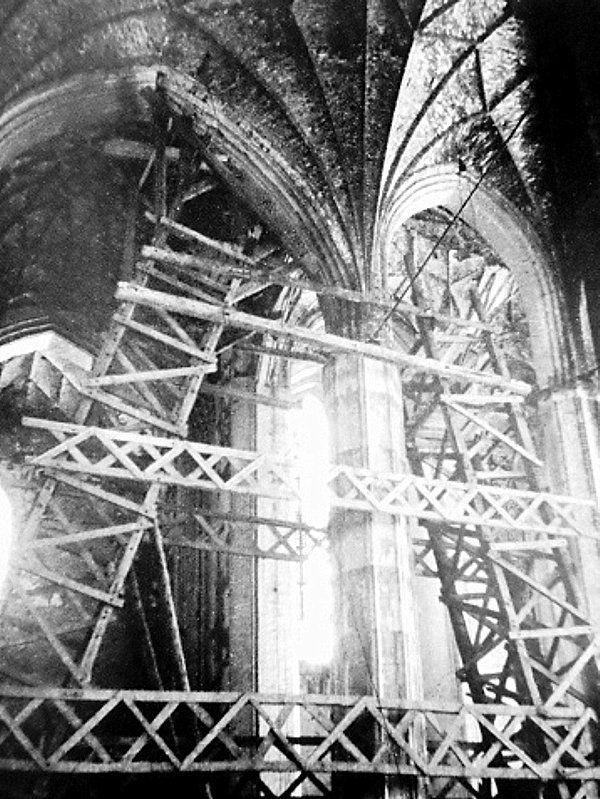 Wnętrze kościoła NMP 1949 rok. Rusztowania wspierające sklepienia w czasie wylewania okładzin żelbetowych na filarach świątyni. Za: M. Gawlicki, Zabytkowa architektura Gdańska w latach 1945-1951, Gdańsk 2012