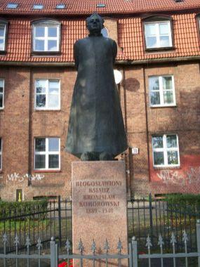 Pomnik ks.Komorowskiego; z archiwum autorki