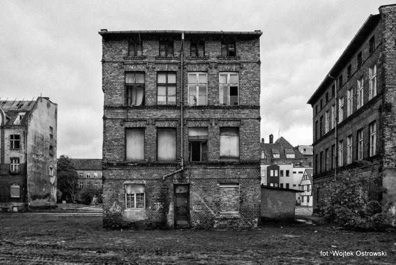 budynki z oknami zabitymi deskami lub płytami paździerzowymi lub w ogóle bez okien fot. Wojtek Ostrowski