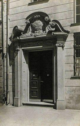 portal Ogarna 85 z widocznym szyldem banku