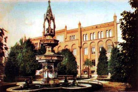 Gimnazjum i fontanna