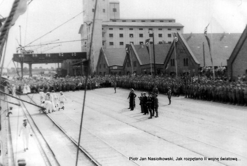 Schleswig- Holstein cumuje przy gdańskim nabrzezu w dniu 25 sierpnia 1939 roku.