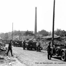 Wrzesień. 1939 r. Oddziały Wehrmachtu wkraczają do zbombardowanego Wielunia.