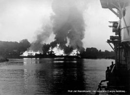 Płonące Westerplatte po nalocie stukasów 3 września 1939