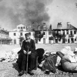 Przed spalonym domem w Zwoleniu