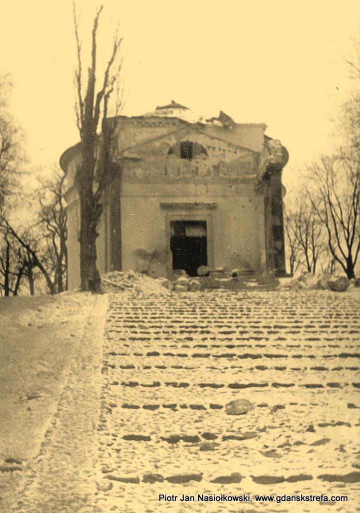 Zbombardowany zabytkowy kościół w Puławach