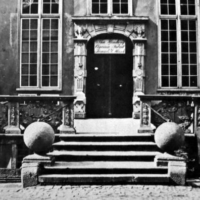przedproże na ul. Piwnej 15 w 1870 r., [za]: Fotografie dawnego Gdańska, fot. 47