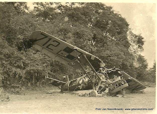 Zniszczony na ziemi przestarzały polski samolot myśliwski