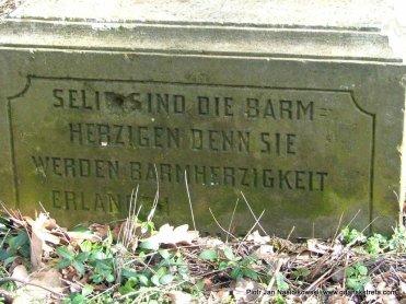 Resztki jednego z niemieckich nagrobków na cmentarzu w Młodocinie